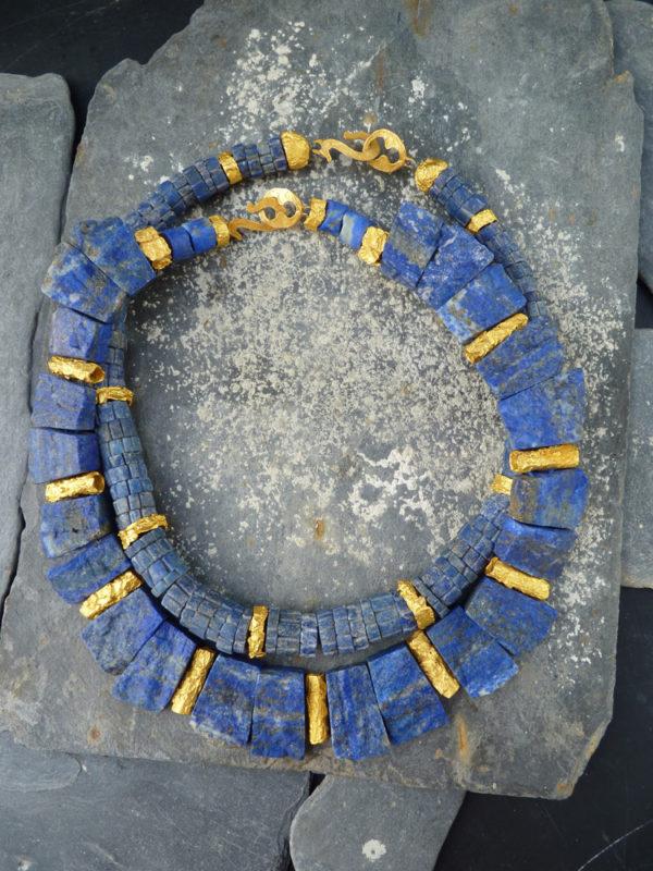 """""""Aurea terrae"""" - 2014 - Colliers lapis brut, bronze doré à l'or fin 30 ex ( variante) - © Cipango Éditions"""