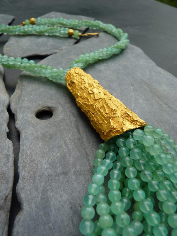 """""""Aurea terrae"""" - 2014 Collier long perles de chrysoprase, bronze doré à l'or fin 30 ex ( variante) - © Cipango Éditions"""
