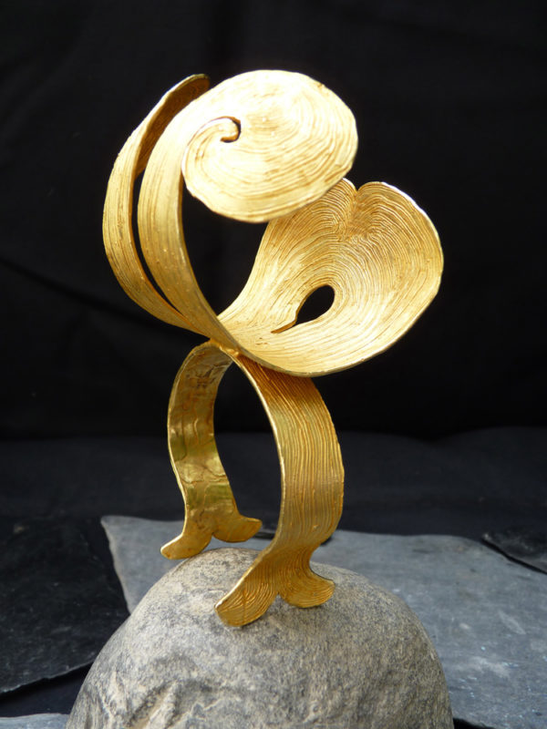"""Manchette bronze """"Tétras"""" - Année 2012 - Bronze doré à l'or fin Pièce unique - © Christophe Tissot"""