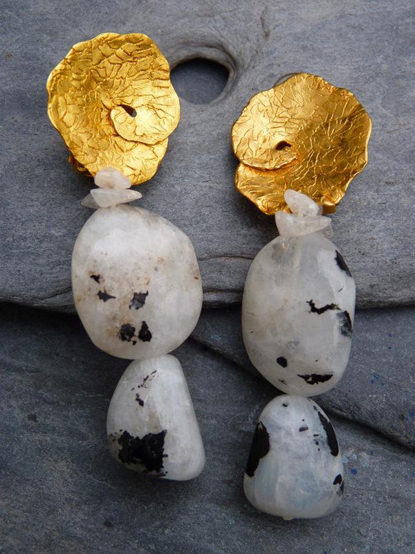 """""""Evolutis"""" - 2014 - Paires de boucles d'oreilles, pierre de lune, bronze doré à l'or fin 30 ex (variante) - © Cipango Éditions"""