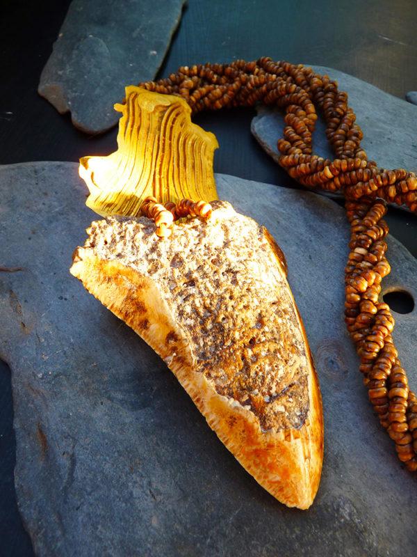 """""""Cénozoïque"""" - 2015 - Dent de Mégalodon, petites graines du Mali, bronze doré à l'or fin. Pièce unique - © Cipango Éditions"""