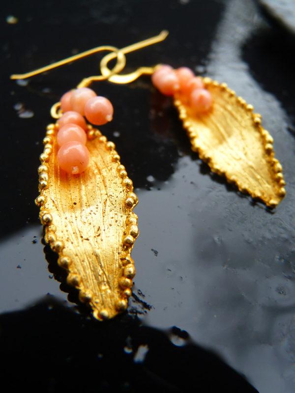 """""""Via lactea"""" - 2012 - Paires de boucles d'oreilles perles de corail rose, bronze doré à l'or fin 30 ex (variante) - © Cipango Éditions"""