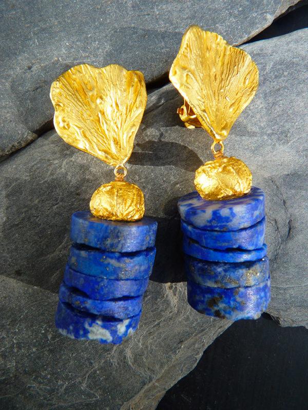 """""""Aurea terrae"""" - 2014 - Paires de boucles d'oreilles lapis-lazuli brut, bronze doré à l'or fin 30 ex (variante) - © Cipango Éditions"""