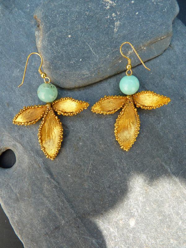 """""""Via lactea"""" - 2012 - Paire de boucles d'oreilles perles de chrysoprase, bronze doré à l'or fin 30 ex (variante) - © Cipango Éditions"""