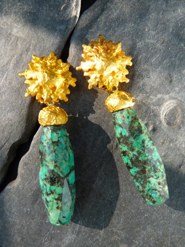 """""""Sol"""" - 2012 Paire de boucles d'oreilles turquoise africaine, bronze doré à l'or fin 30 ex (variante) - © Cipango Éditions 2014"""