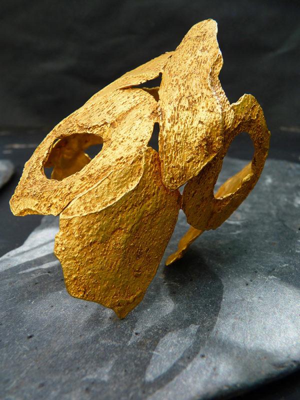 """Manchette bronze """"Météore 3"""" - 2012 - Bronze doré à l'or fin 30 ex et 3 EA - © Christophe Tissot"""