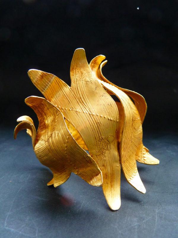 """Manchette """"Automn crocus"""" - 2012 - Bronze doré à l'or fin Pièce unique - © Christophe Tissot"""