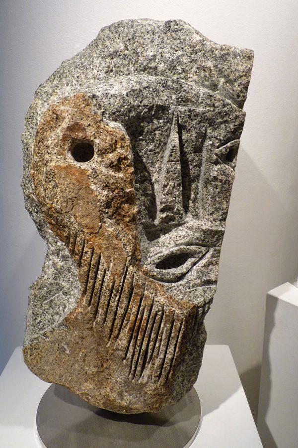 """Jean-Yves GOSTI - """"Janus au masque"""" - 2011 - granit (recto) - 61 x 35 x 27 cm"""