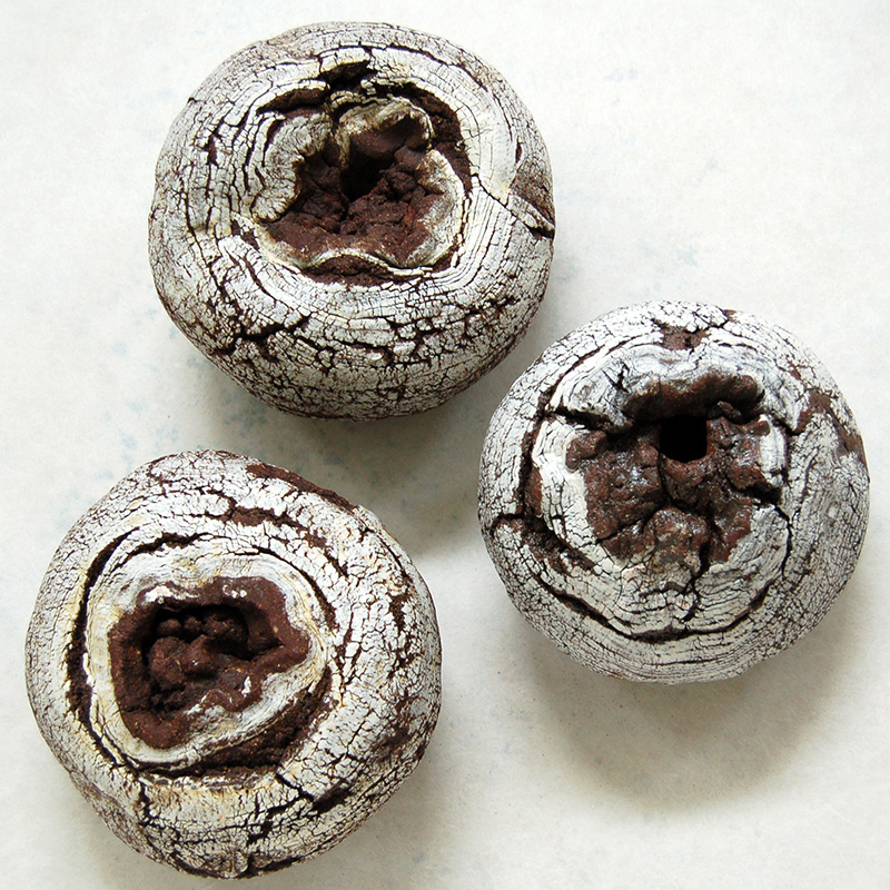 "Yoshimi FUTAMURA - ""Black Hole"" – Sandstone and porcelain - 37 x 35 x 38 cm"